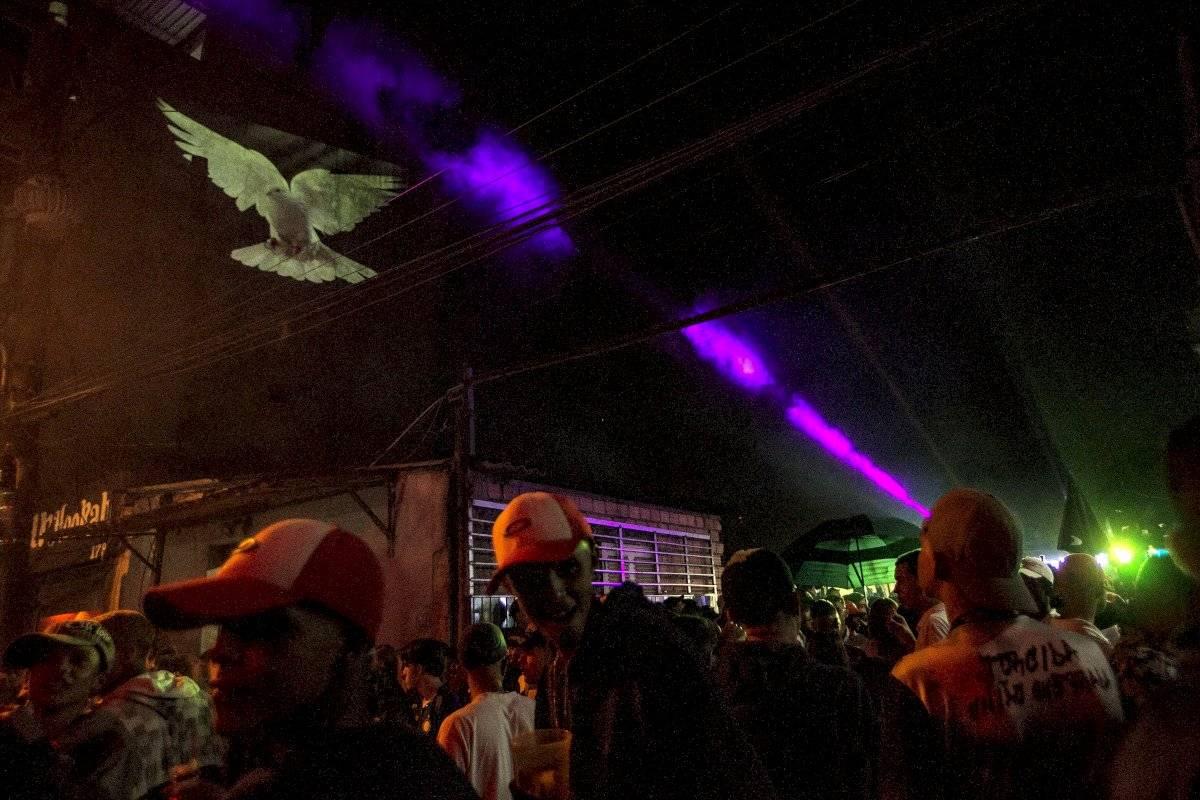 Pomba simbolizando a paz é projetada em baile em Paraisópolis