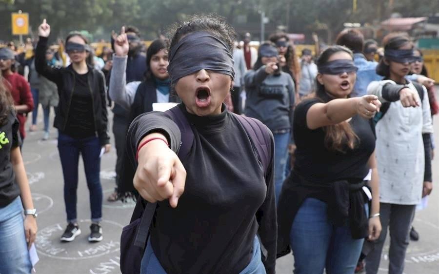 """""""El violador eres tú"""" llega a una India conmocionada por últimas violaciones"""