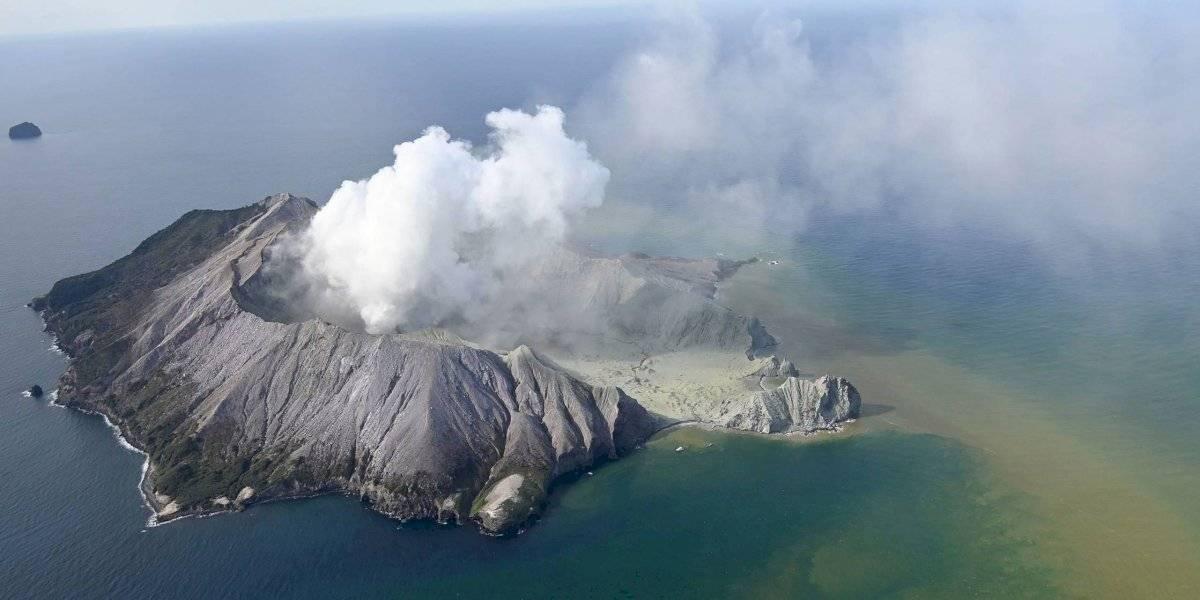 Temen que haya 13 muertos tras erupción en Nueva Zelanda
