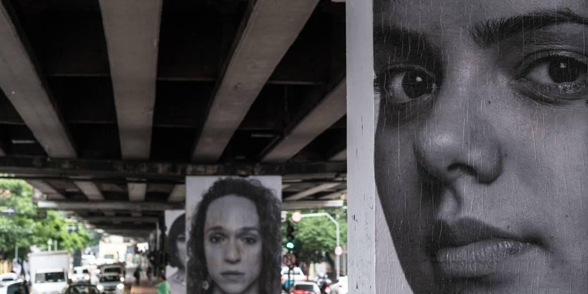 Rostos estampados nas pilastras do Minhocão trazem a diversidade de São Paulo