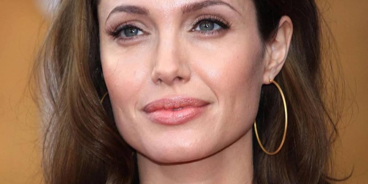 Angelina Jolie besó en la mejilla a fan con un tatuaje de su rostro