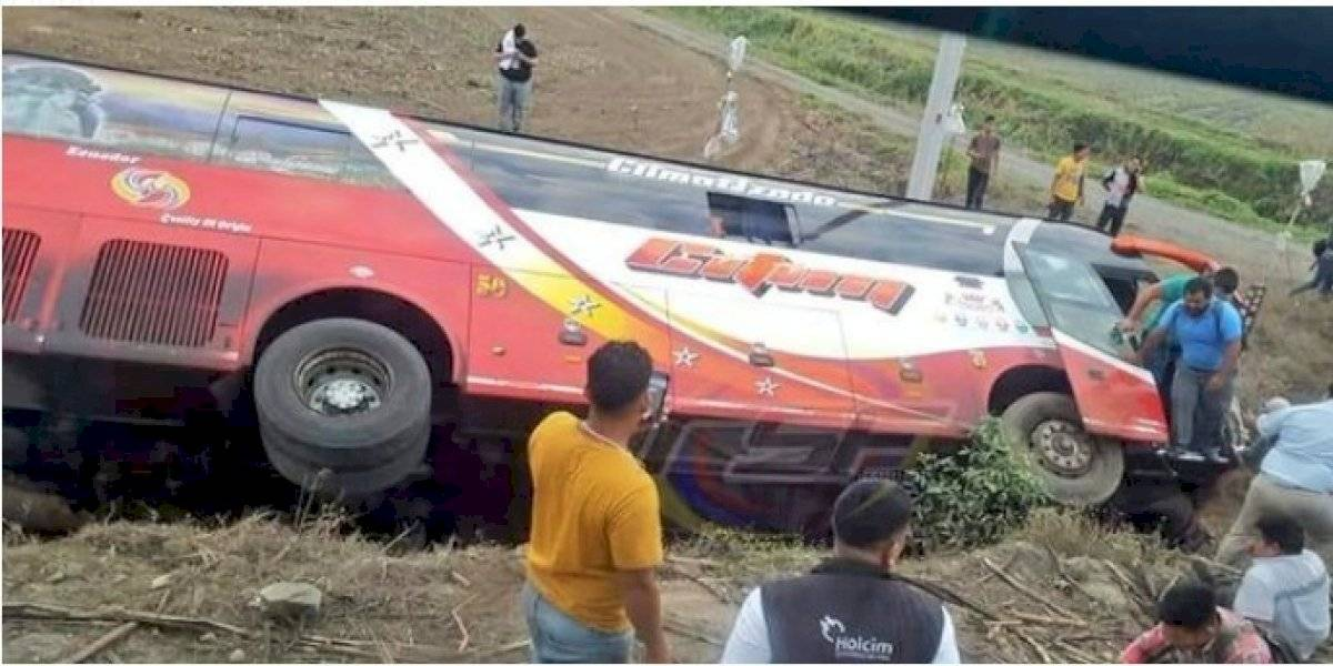 Nueve heridos en accidente de bus de pasajeros en Guayas