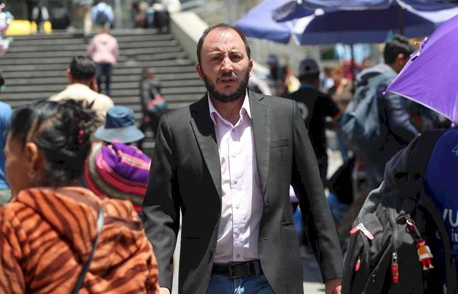 """Mauricio Zambrana, uno de los activistas de la """"resistencia"""", camina por una calle el 10 de diciembre, en La Paz EFE"""