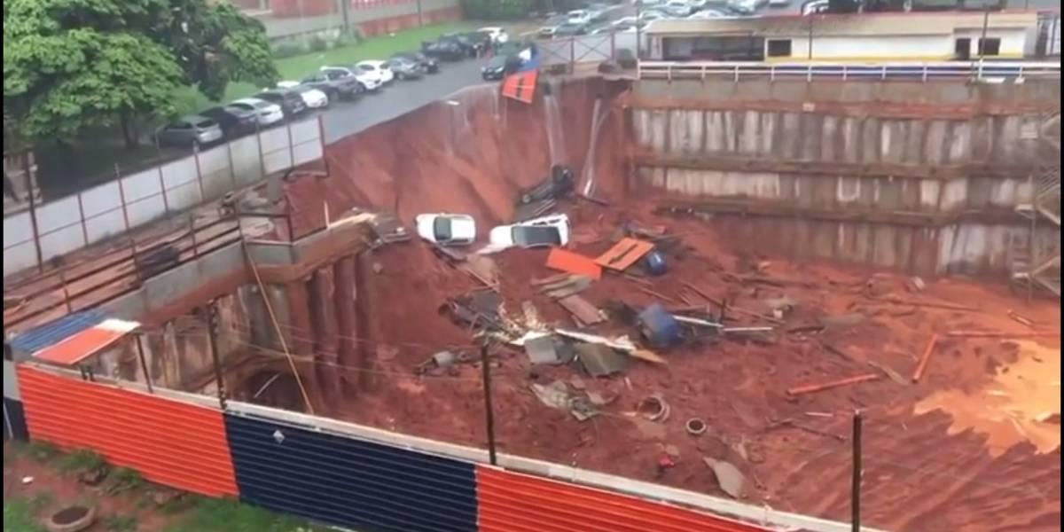 Solo cede em obra e cratera engole 4 carros em rua de Brasília