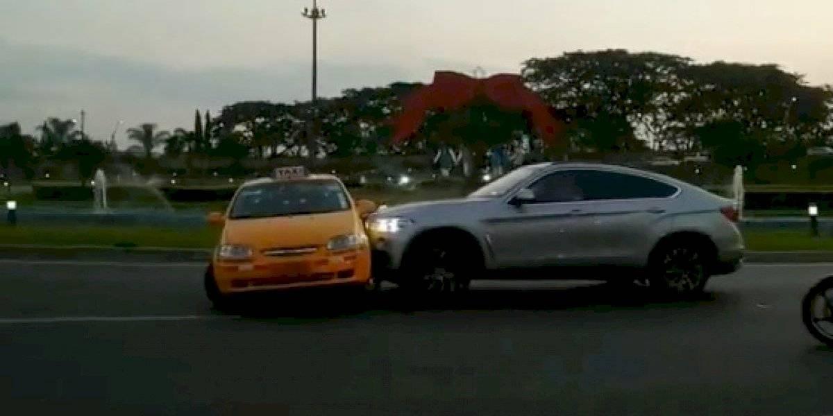 Conductor de vehículo arrastró a un taxi en Samborondón, ¿qué provocó el ataque?