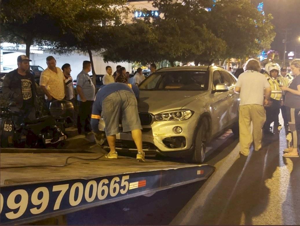 Conductor de vehículo arrastró a un taxi en Samborondón