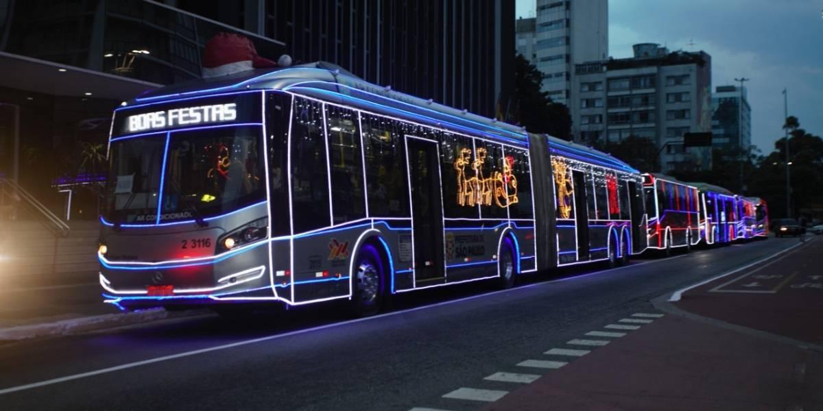 Ônibus iluminado com 'Papai Noel' motorista leva passageiros ao Festival de Natal de São Paulo