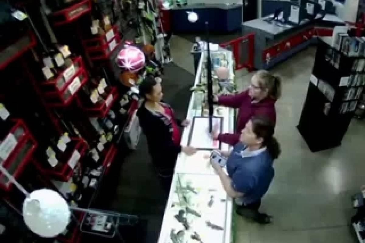 Su bebé casi cae al suelo mientras ella compra un arma #VIDEO