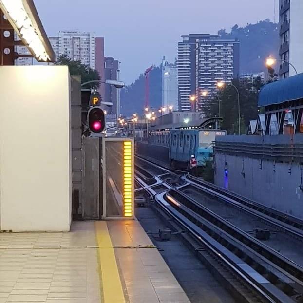 Metro de Santiago informa que tren averiado mantiene la Línea 5 suspendida