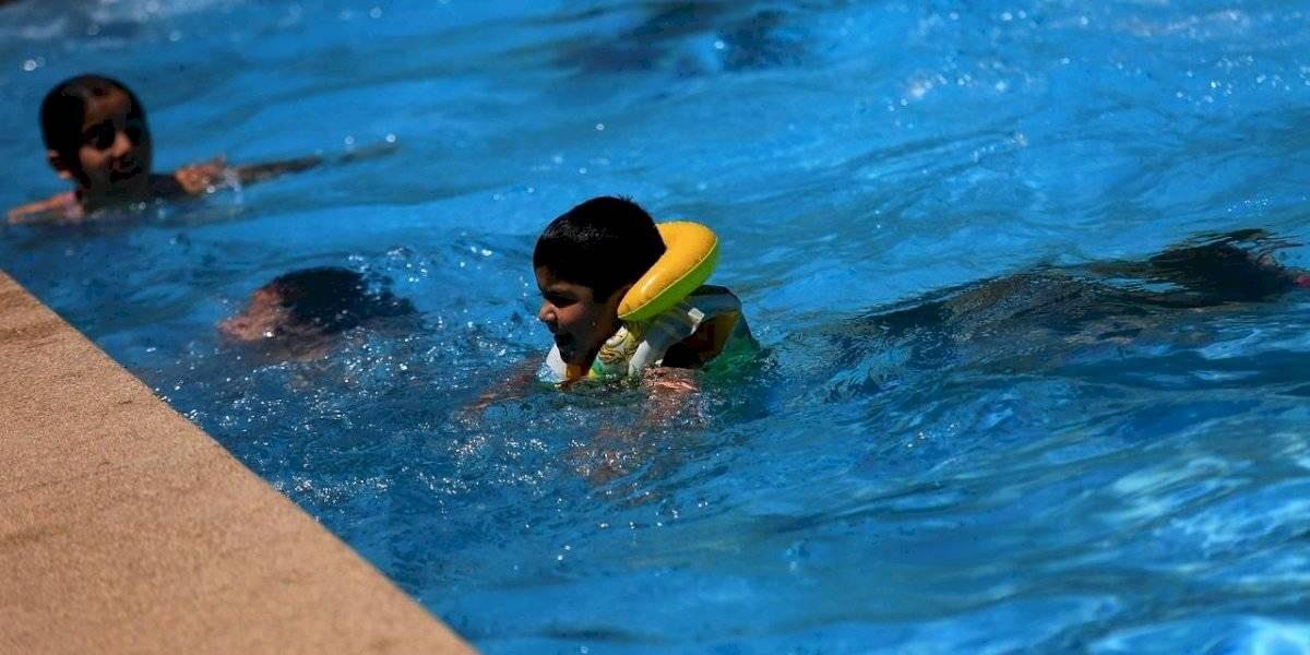 Fin al misterio: especialista advierte cuánto tiempo pueden pasar los niños jugando en la piscina