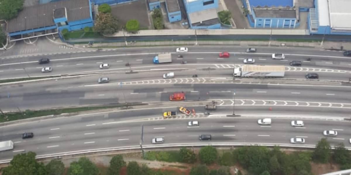 Capotamento de carro trava pista central da marginal Tietê