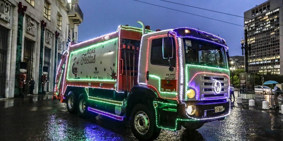 Caminhão de lixo ganha iluminação especial de Natal em São Paulo
