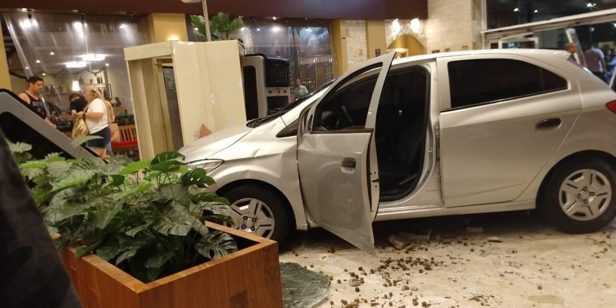 Motorista sofre mal súbito e carro invade shopping Center Norte em São Paulo