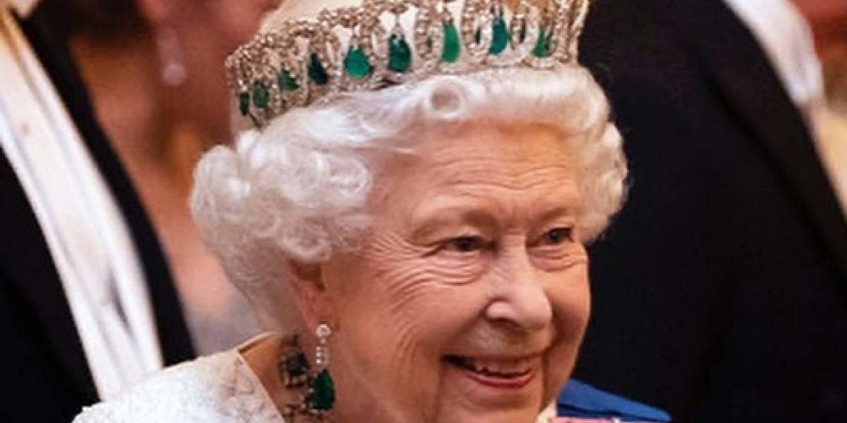 Reina Isabel II busca quien le maneje las redes sociales: los memes no se hicieron esperar