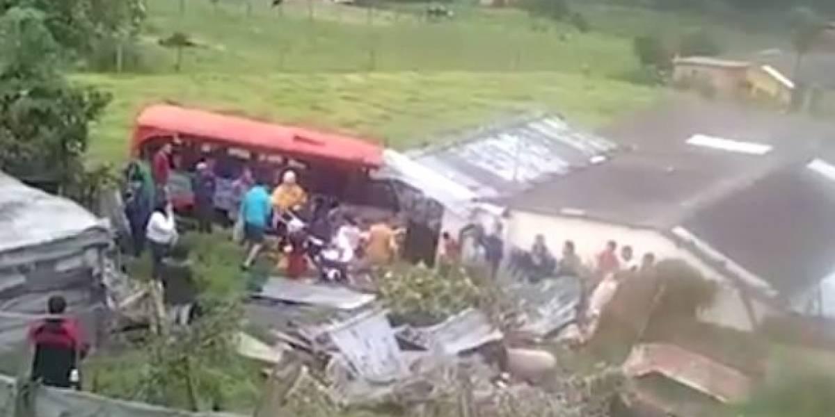 Bus chocó contra vivienda en vía Bogotá - La Vega