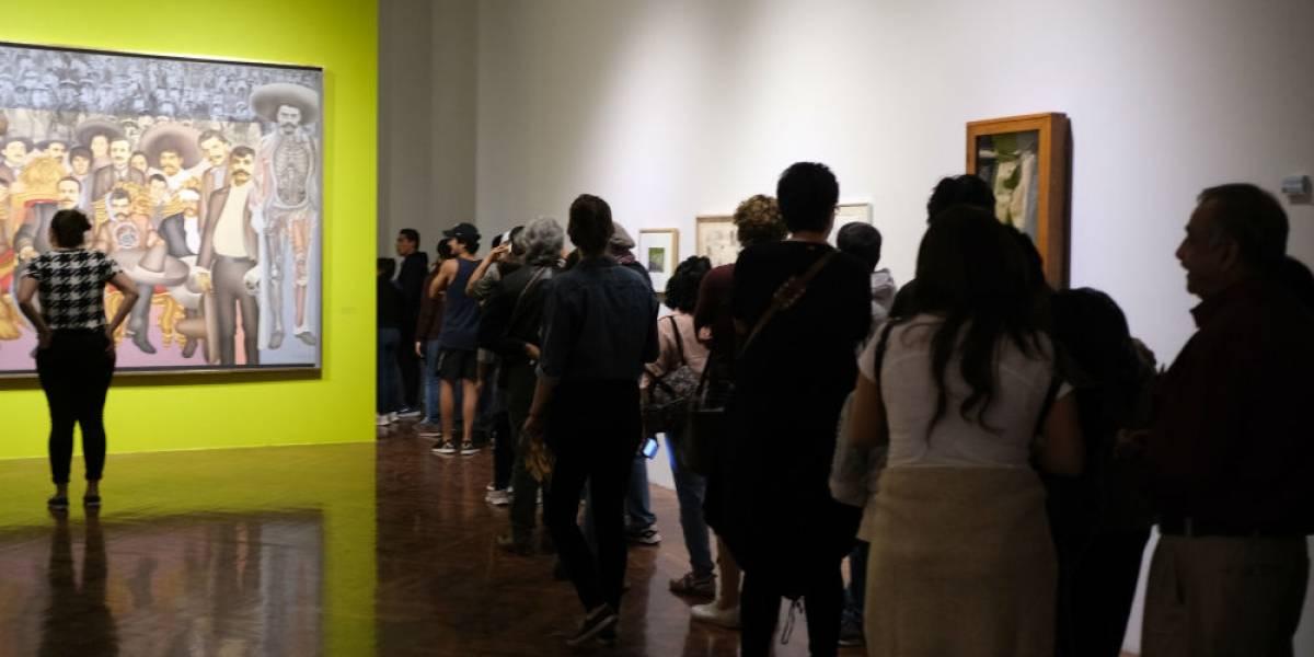 """Hacen largas filas en Bellas Artes para ver al """"Zapata gay"""""""