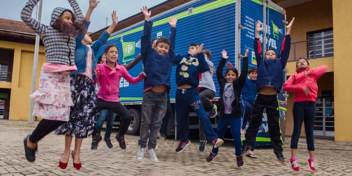 'Cinemóvel' leva programação infantil gratuita em praça de São Paulo