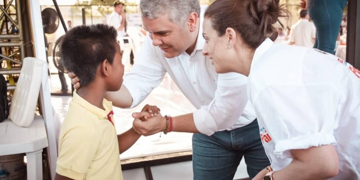 Tildan al presidente de populista por regalarle patines a un niño