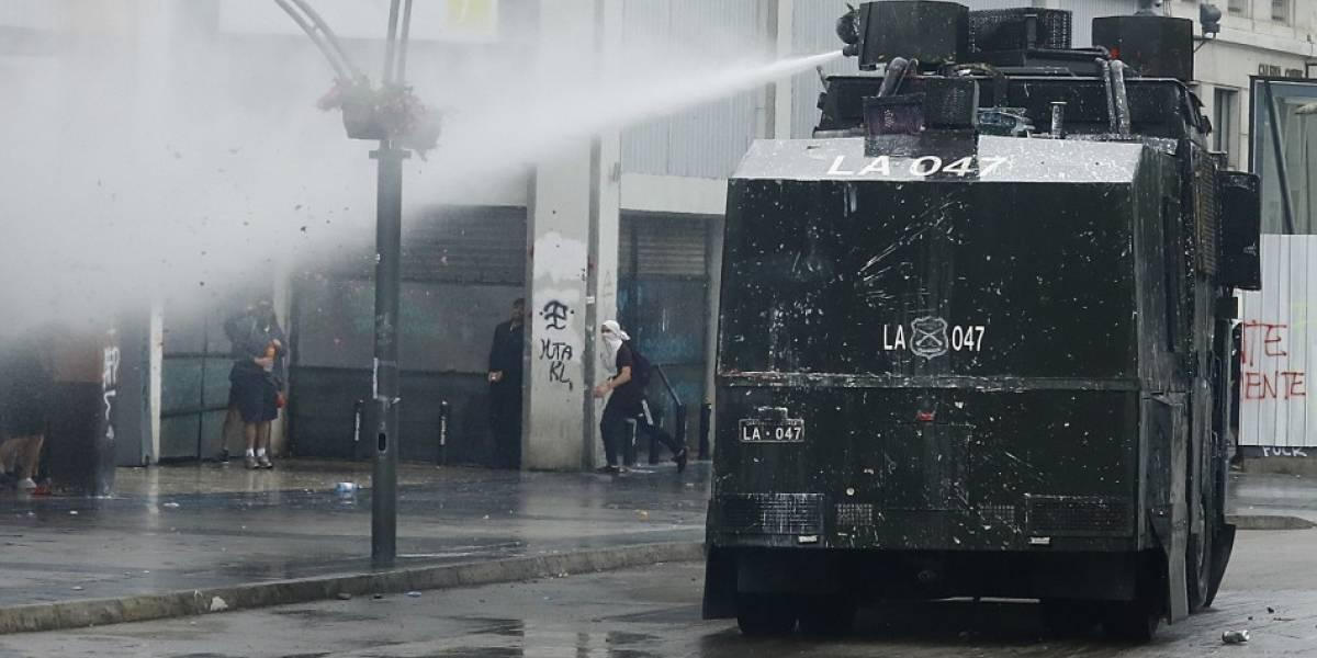 """Gravísimo: análisis demuestra que policía chilena usa soda cáustica en el agua del """"Guanaco"""""""