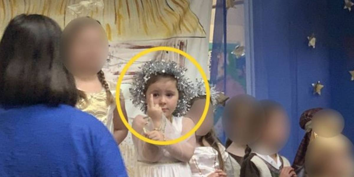 """Niña """"ángel"""" de la Natividad sacó el dedo del medio en obra escolar"""