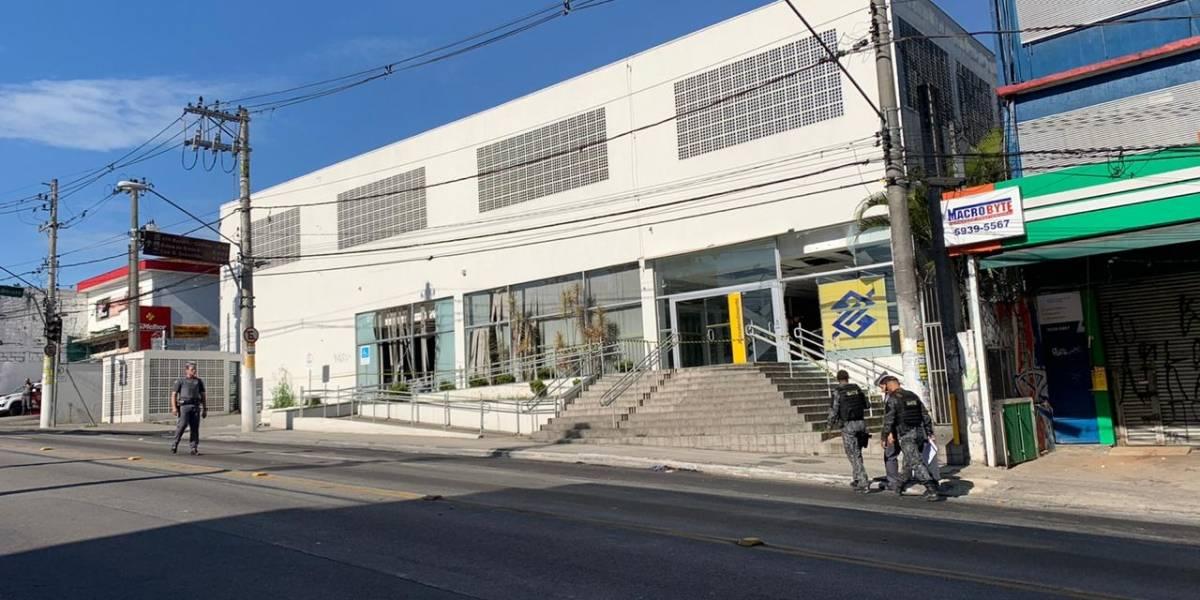 Assalto a banco tem tiroteio e via bloqueada no Grajaú; ônibus foram desviados