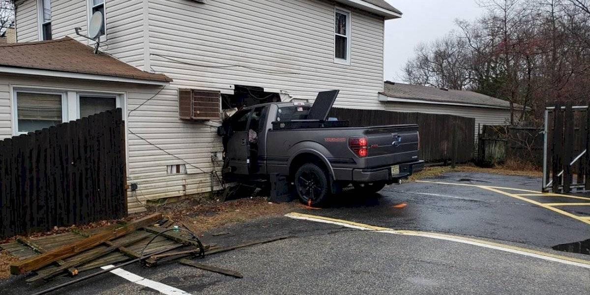 Mujer muere acostada en la cama cuando una camioneta choca contra su hogar