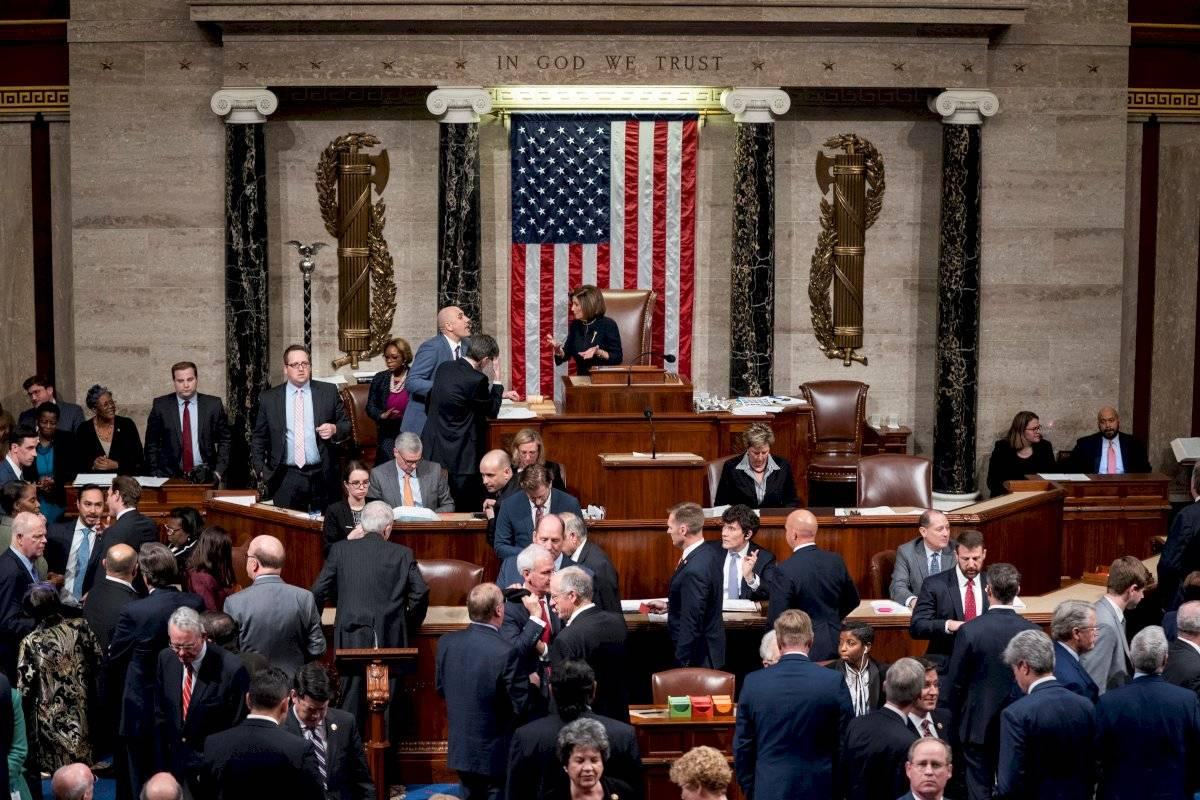 La presidenta demócrata de la Cámara de los Estados Unidos, Nancy Pelosi (C), preside los votos para acusar oficialmente al presidente de los Estados Unidos, Donald J. Trump, sobre dos artículos, abuso de poder y obstrucción del Congreso