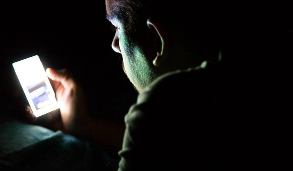 Estudio señala que modo oscuro tendría consecuencias peores al dormir