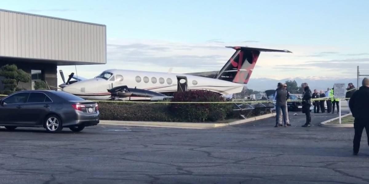 Joven roba avión de aeropuerto y lo estrella contra edificio en California