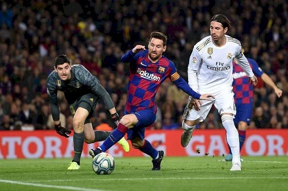 Lionel Messi de Barcelona detiene a Sergio Ramos del Real Madrid durante el partido de Liga entre el FC Barcelona y el Real Madrid CF en el Camp Nou Getty Images