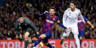 Lionel Messi de Barcelona detiene a Sergio Ramos del Real Madrid durante el partido de Liga entre el FC Barcelona y el Real Madrid CF en el Camp Nou