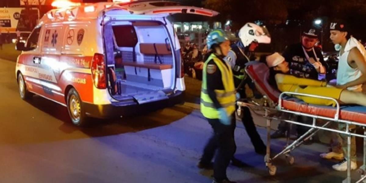 Chiva rumbera cae a un río y 10 personas quedaron heridas en Medellín