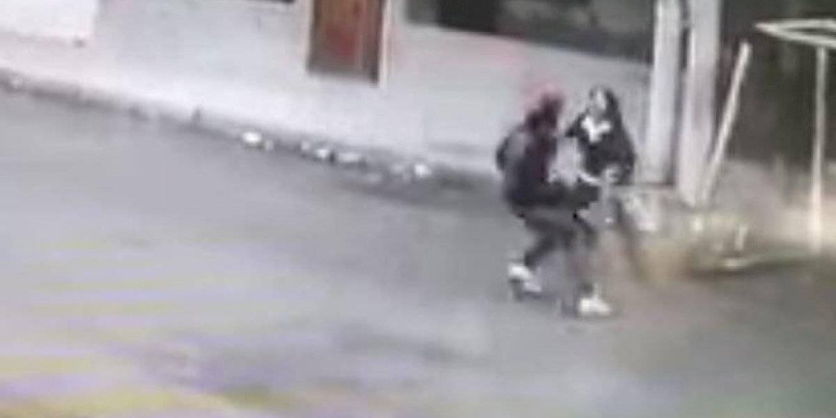 VÍDEO: Cachorros salvam mulher de assalto a mão armada na rua