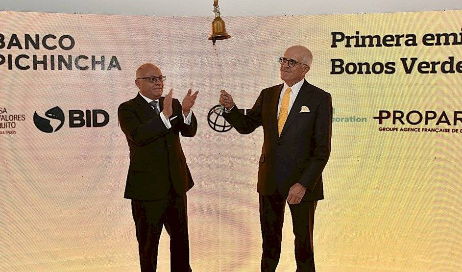 Der a izq. Antonio Acosta, presidente de Banco Pichincha y Gilberto Pazmiño, presidente de la Bolsa de Valores de Quito en el acto simbólico del Campanazo que abrió la primera emisión de bonos verdes en el mercado ecuatoriano de valores.