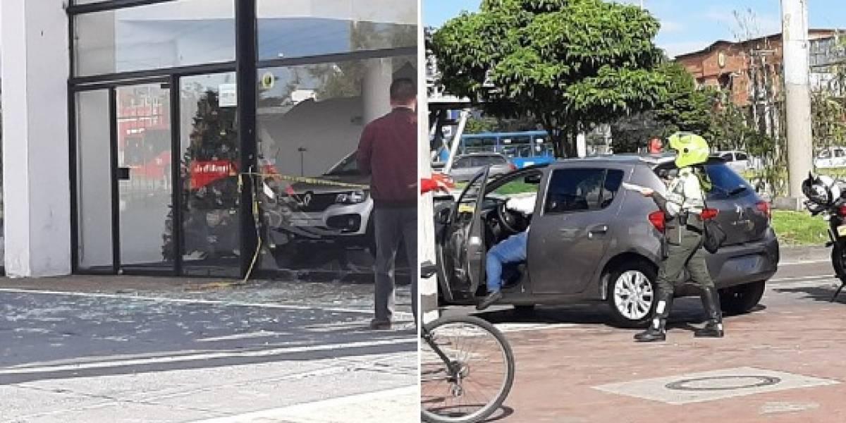 Vigilante de concesionario tomó las llaves de un vehículo, lo encendido sin saber manejar y atravesó un ventanal