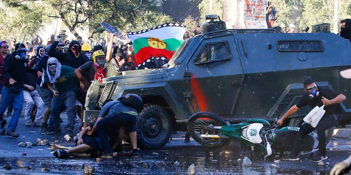 Con firma mensual quedó carabinero que conducía carro lanzagases que atropelló a joven: manifestantes protestaron en la Fiscalía para exigir justicia