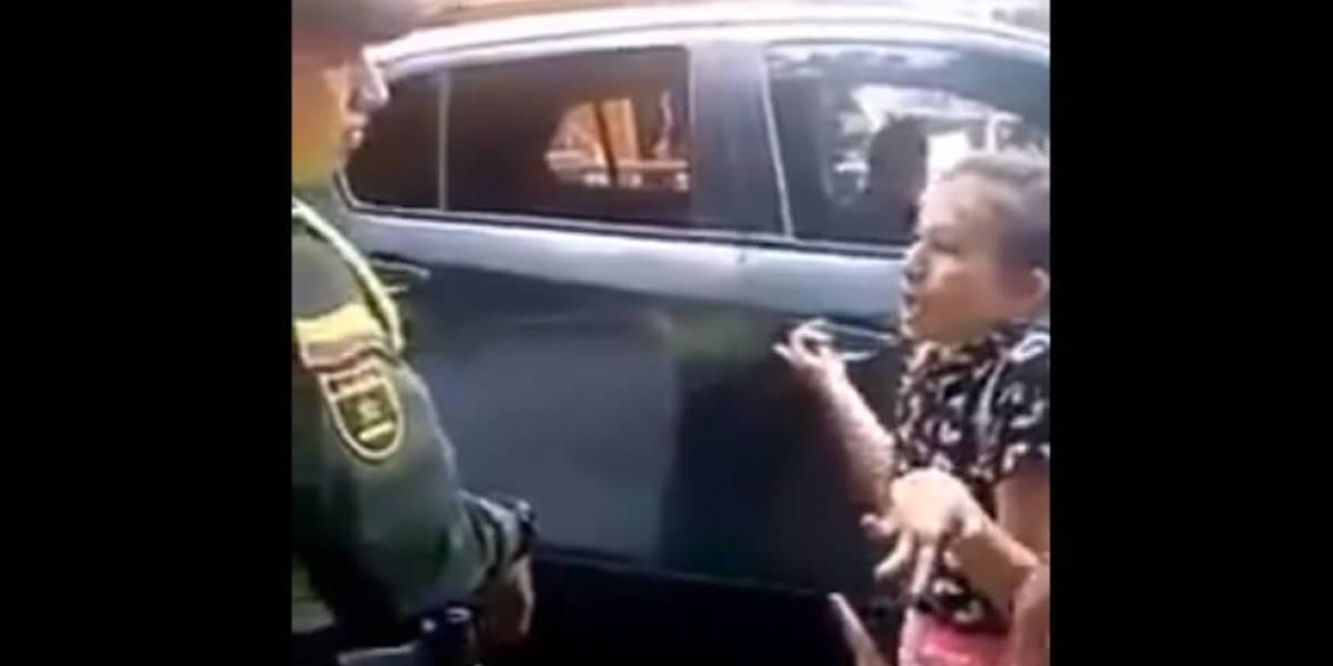 Video: Niña discute con policías porque no la dejan cruzar una cancha donde está Duque
