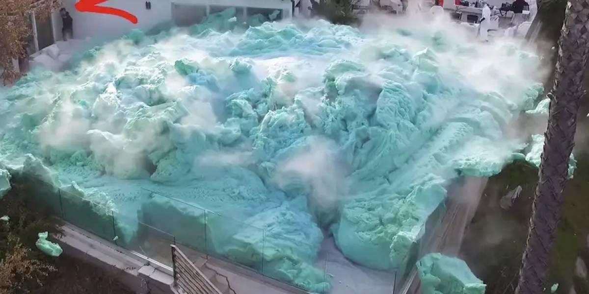 Youtubers revientan jardín con volcán de espuma y se hace viral