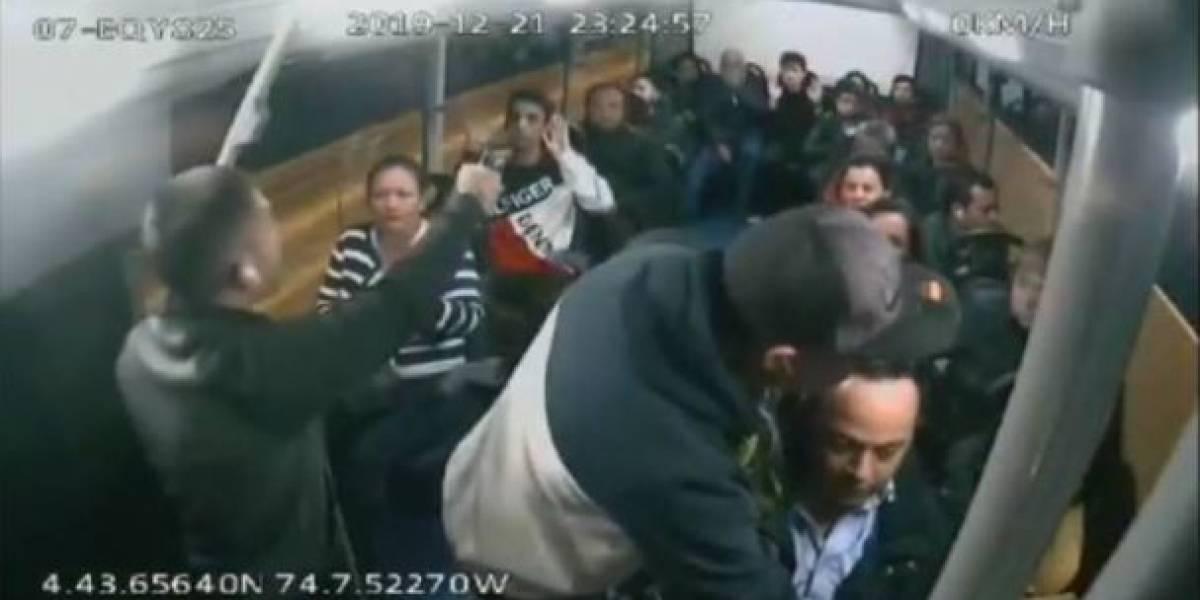 En video queda registrado el momento en que dos ladrones con armas roban a pasajeros en Bogotá