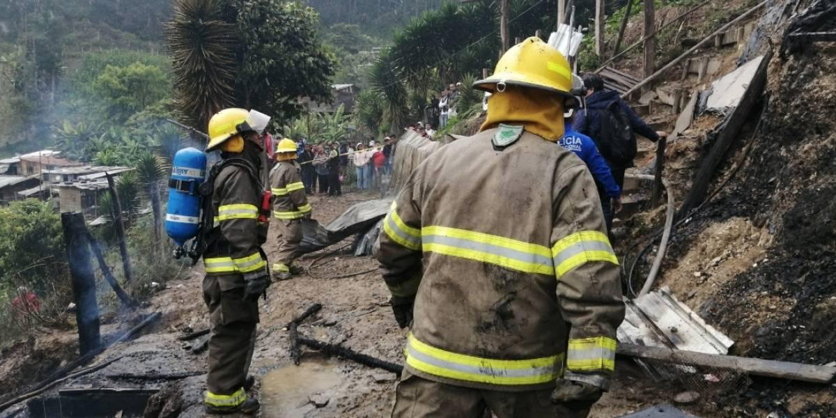 Fatal incendio en Loja deja una persona fallecida y siete heridos