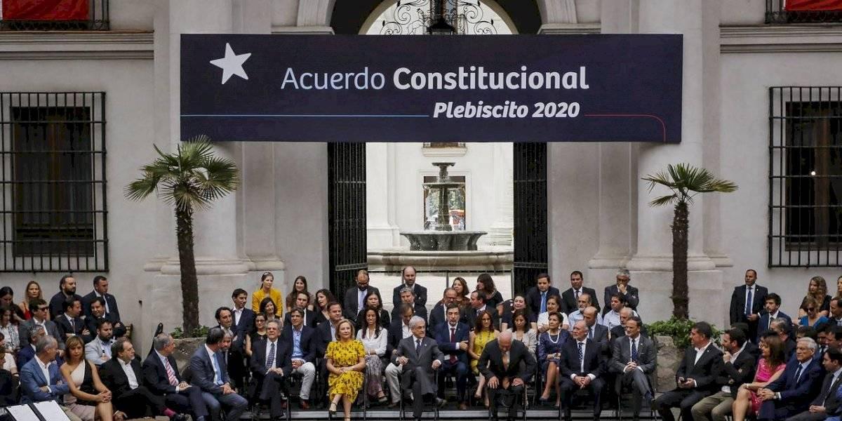 """La """"bandera negra"""" de las protestas y la """"Asamblea Constituyente"""" de Piñera: los momentos que marcaron la promulgación del plebiscito de abril"""