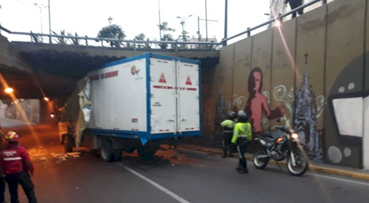 Paso deprimido de San Blas, cerrado por camión accidentado