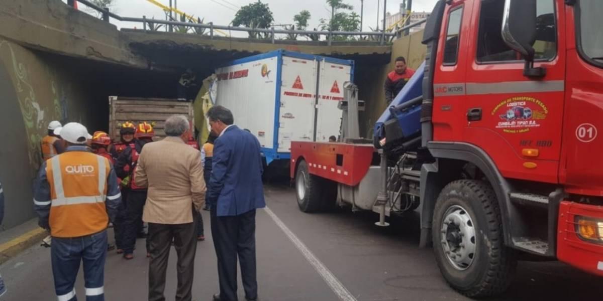 Quito: Realizan retiro del camión que impactó contra puente de San Blas