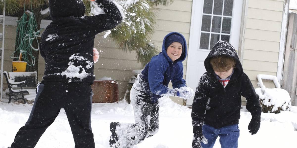 Conductor balea a dos niños por arrojarle bolas de nieve
