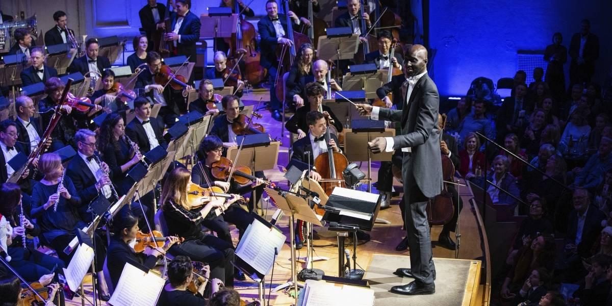 Llevan a Tacko Fall, gigante novato de los Boston Celtics, a dirigir una orquesta