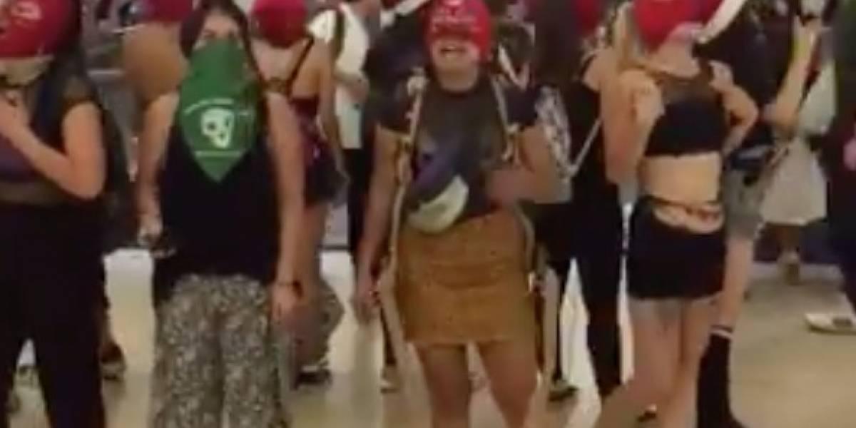 """Viejito pascuero recibió petición """"especial"""" de mujeres en el Costanera Center"""