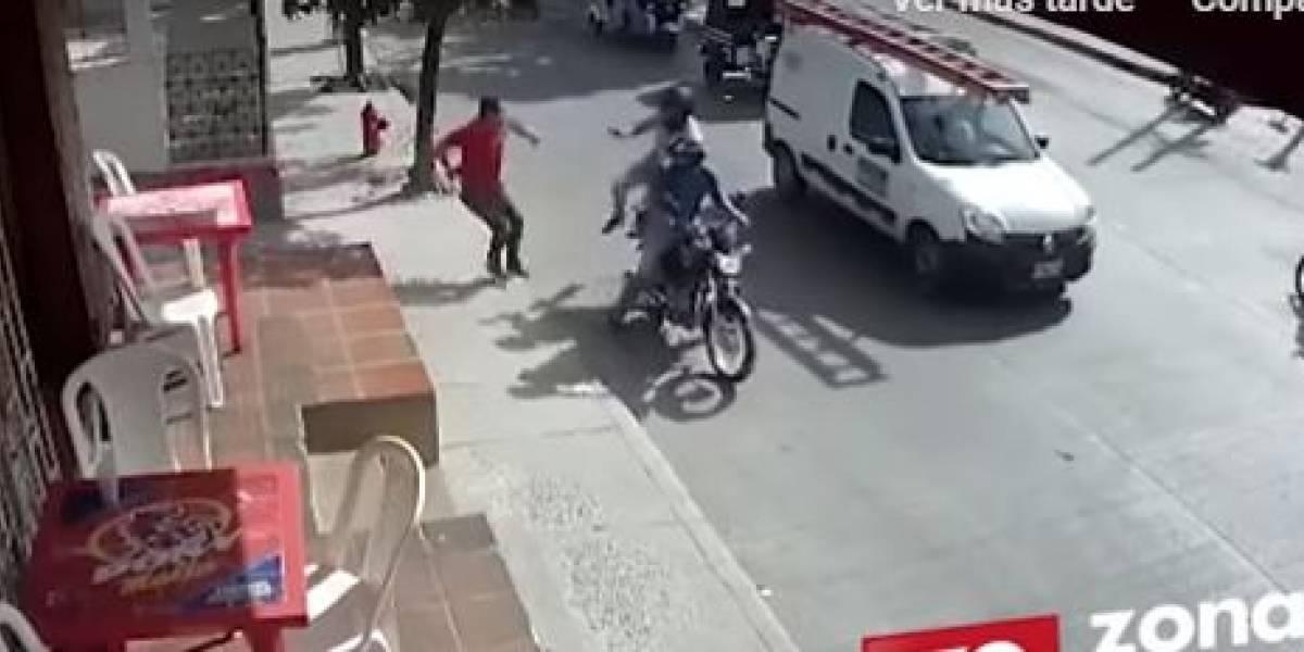 (VIDEO) Delincuente que intentó robar a un hombre se llevó tremendo golpe