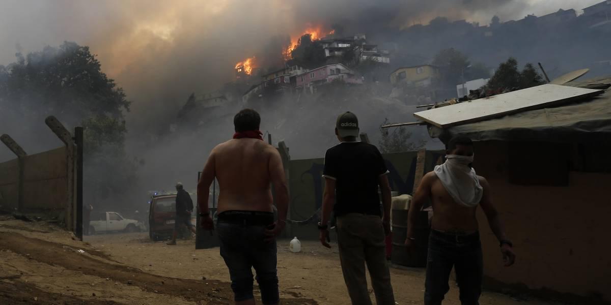 """""""Primera Línea"""" ayuda a apagar incendios en Cerro Rocuant y San Roque en Valpo"""
