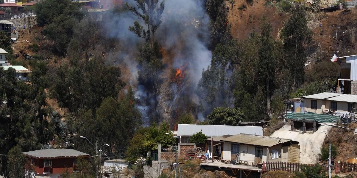 Intendente de Valparaíso informa que ya son 245 viviendas afectadas por los incendios en cerros O'Higgins, Rocuant, San Roque y Ramaditas
