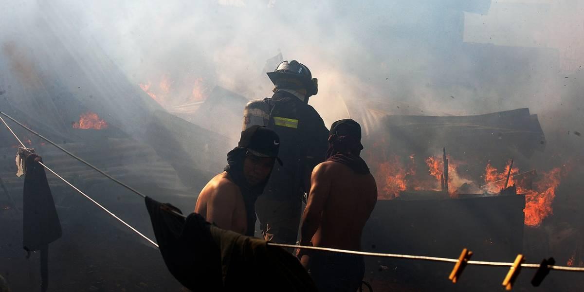 """Alcalde Sharp por incendio en Valparaíso: """"Hay un grupo de personas que quiere ver en el piso a nuestra ciudad"""""""